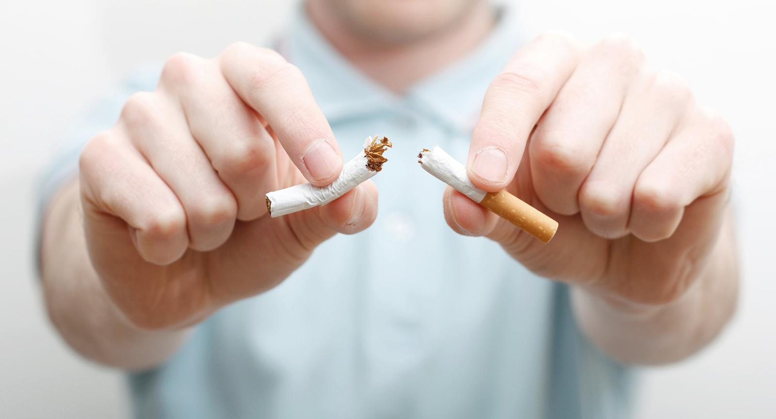 bigstock-A-hand-crushing-cigarettes-15057227 Szájüregi rák: ha időben kiderül, gyógyítható!